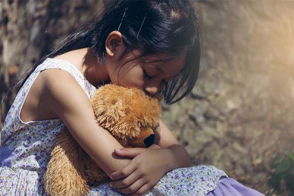 Acceptați supărarea oamenilor și plânsul copiilor. Lăsați-i să-și trăiască emoțiile