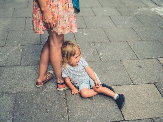 Un copil plângând pe stradă