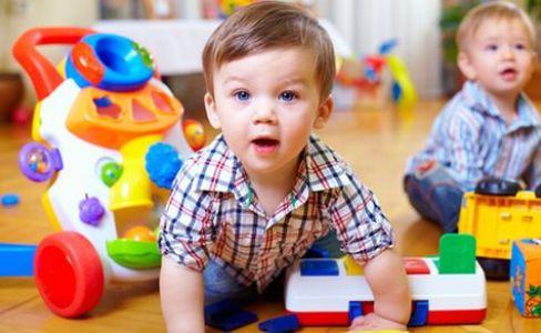 jogar brinquedos no chão mania de criança