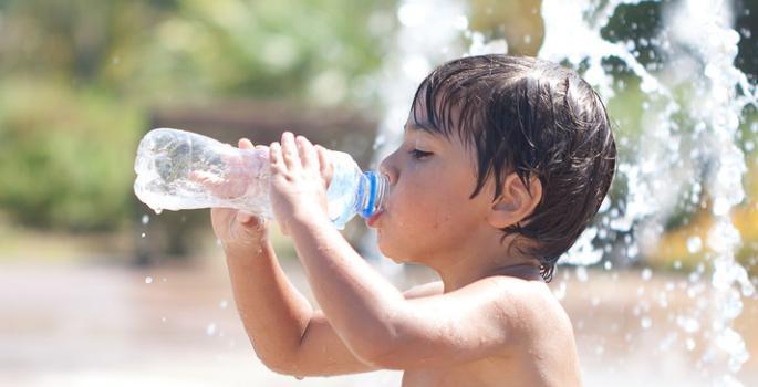oferecer água pode prevenir desidratação nas crianaças