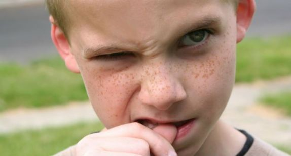 menino roendo unhas