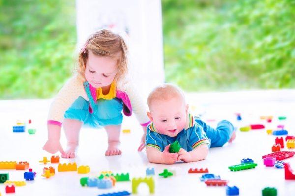 criancas-brincando-no-quarto-
