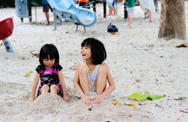 crianças brincando na areia
