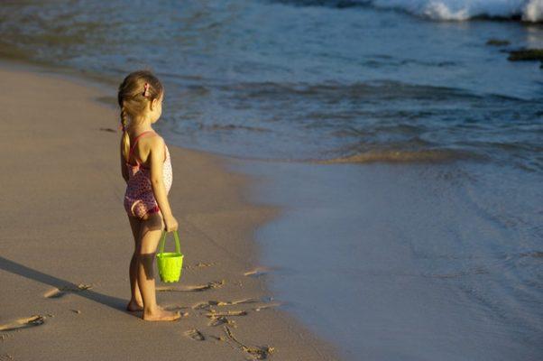 criança perdida na praia