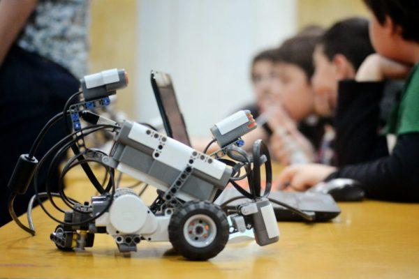 robótica para crianças estimula o trabalho em equipe