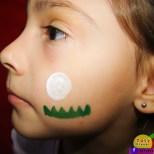 2º passo: faça abaixo da bolinha um gramadinho usando o pincel e a tinta verde escura