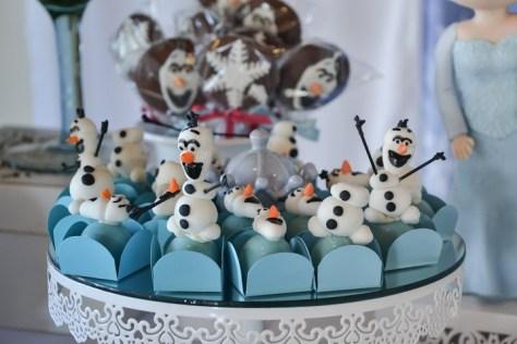 Docinhos fazendo uma brincadeira com o corpinho do Olaf