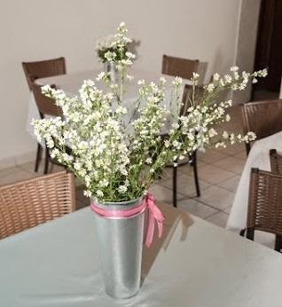 As flores carioquinhas com o vaso e a fita