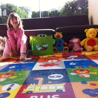 Manu levou seus brinquedos favoritos para o tapete