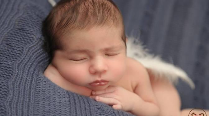 Quando o bebê só dorme no peito: entenda o que fazer