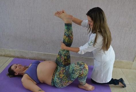 Fisioterapeuta com gestante