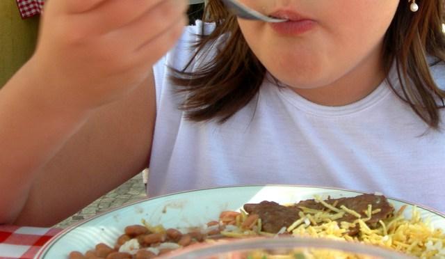 Menina comendo
