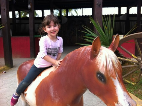 Manuela com cavalinho no Beto Carrero World