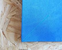 Centro de mesa com catavento azul para festa de menino