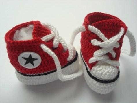 Sapatinhos em crochê imitando tênis