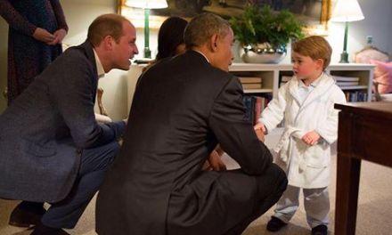 Barack Obama de Joelhos Com o Príncipe George