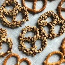 Pretzels con chocolate y semillas