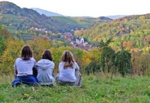 Drei Mädchen sitzen auf der Wiese