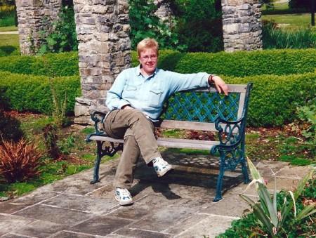 Frau sitzt auf Gartenbank
