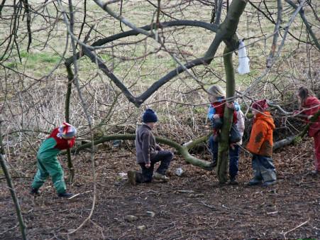 Spielende Kinder in der Waldspielgruppe
