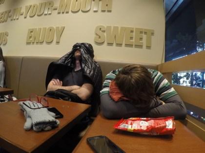 Durmiendo calentitos en un coffee store