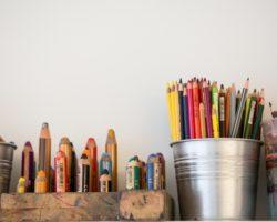 Kreativität mit Stiften im Kinderkunshaus.