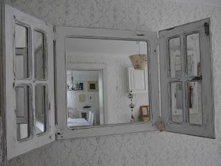 Lustro ze szprosami i okiennicami