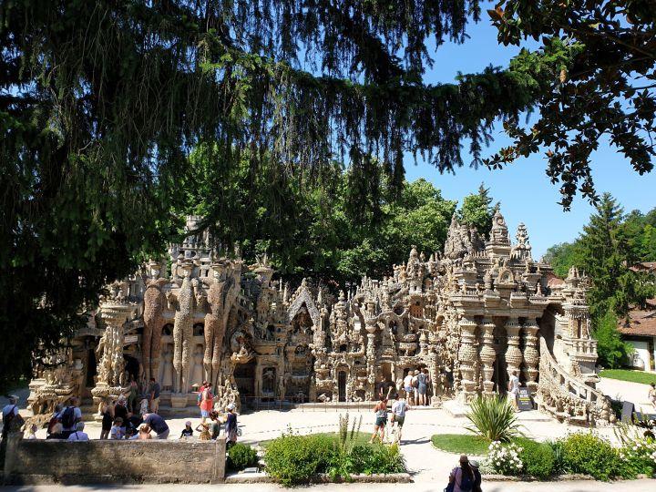 Visites insolites dans la Drôme : Le Palais Idéal du Facteur Cheval et les Labyrinthes d'Hauterives