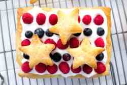 Summer Berry Puff Pastry Squares {Only 150 calories!}   mamaknowsnutrition.com