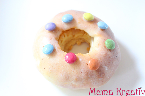 Donuts mit Vanille-Glasur und Smarties selber machen rezept