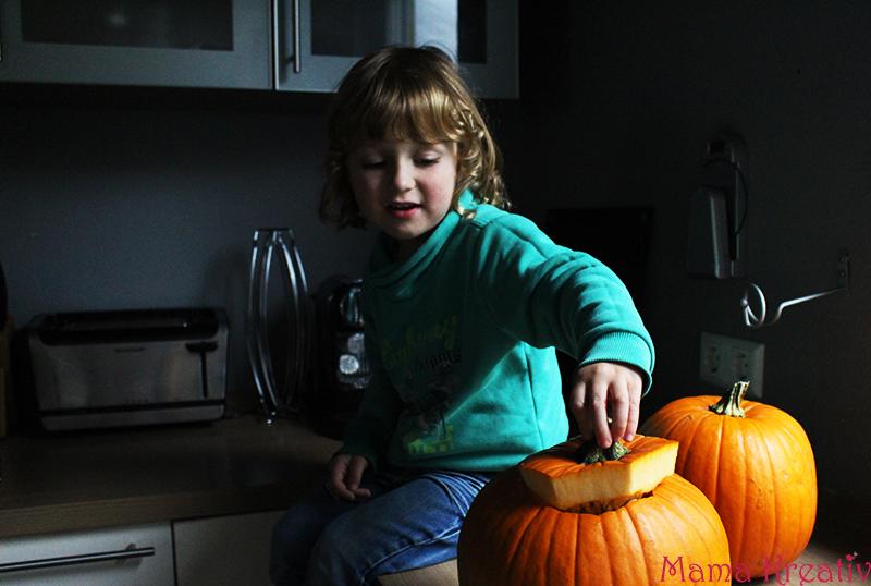 halloween kürbis mit kindern schnitzen