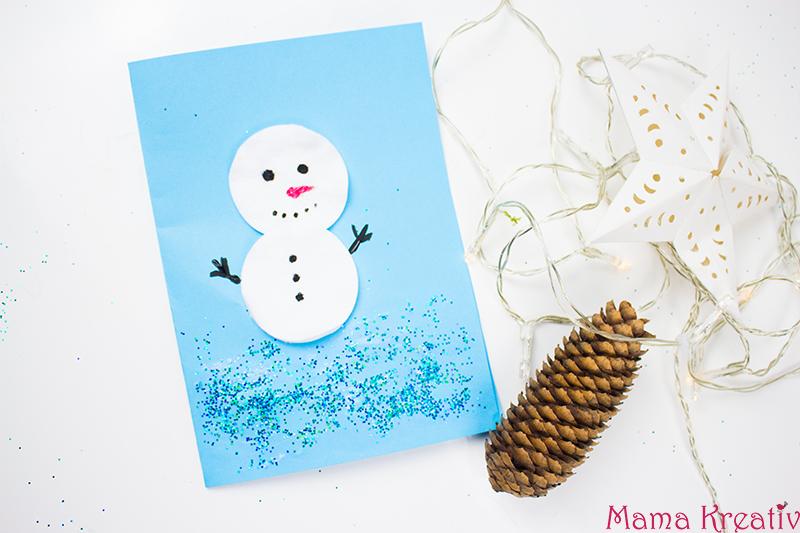 Weihnachtskarten basteln mit Kindern: Schneemann aus Wattepads basteln