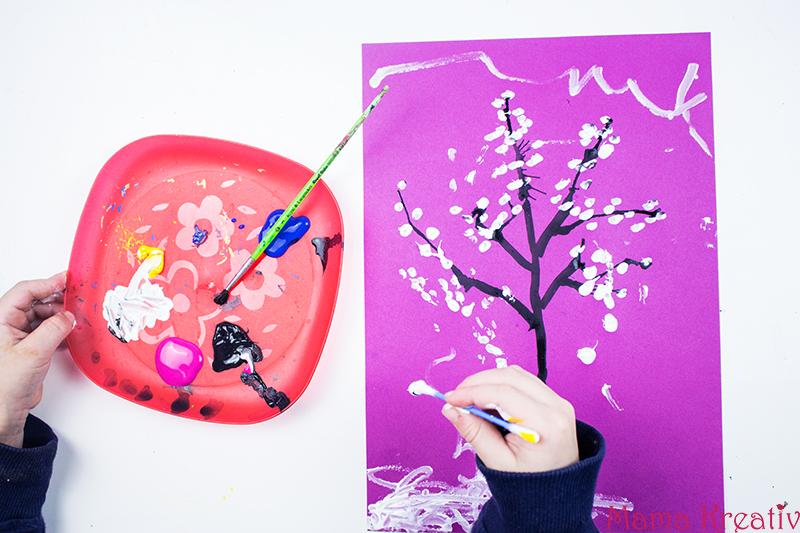 malen-im-winter-mit-kleinkindern-baum-winterbaum-mit-ohrstaebchen