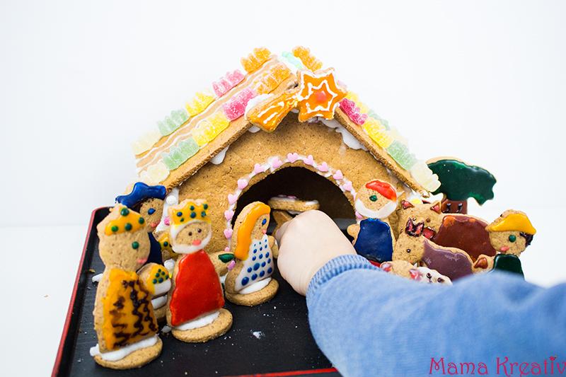 backen-mit-kindern-weihnachten-lebkuchenhaus-krippe-42