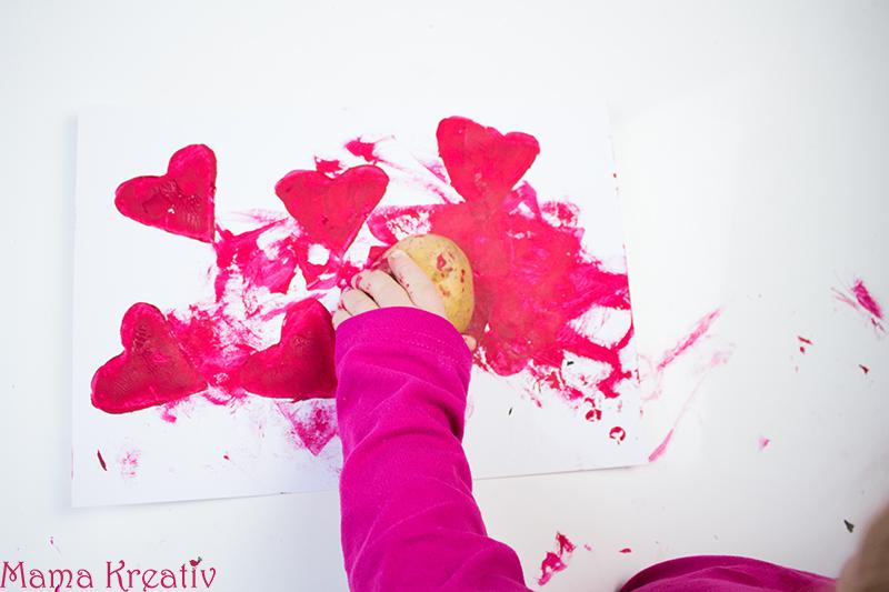 Basteln mit Kindern zum Valentinstag Kindergarten Herz Karte (17)