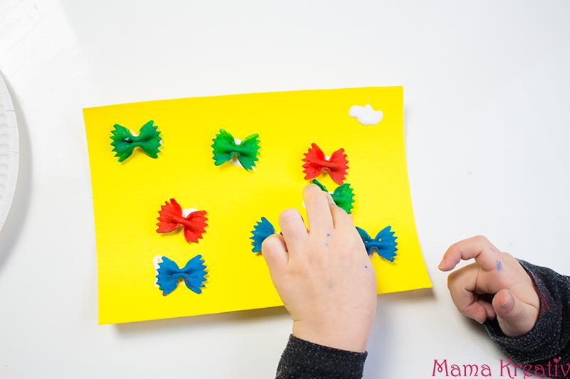 Malen im Frühling mit Kindern Schmetterling aus Farfalle 3