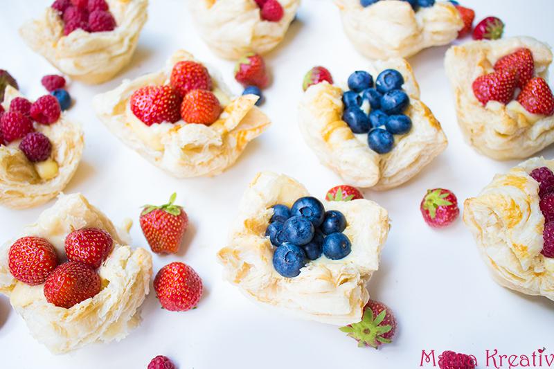 Schnelle Pudding-Törtchen aus Blätterteig mit frischen Beeren Rezept (10)
