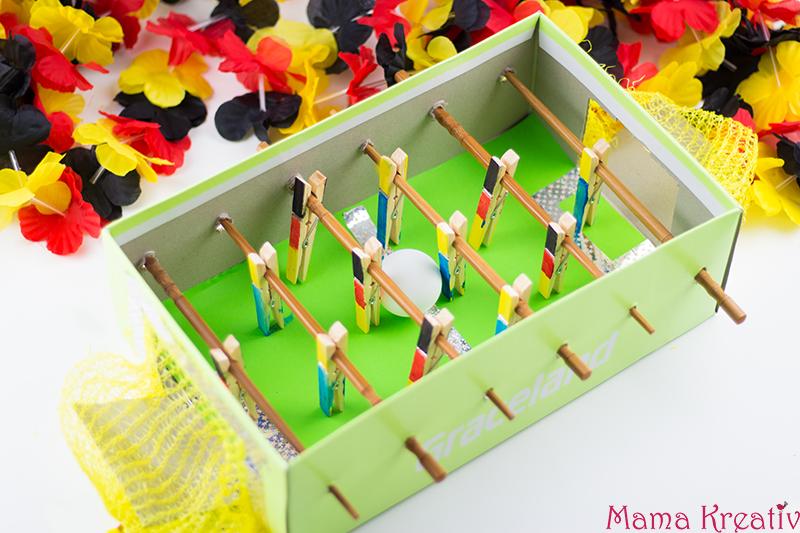basteln mit kindern zur wm tischkicker aus schuhkarton. Black Bedroom Furniture Sets. Home Design Ideas