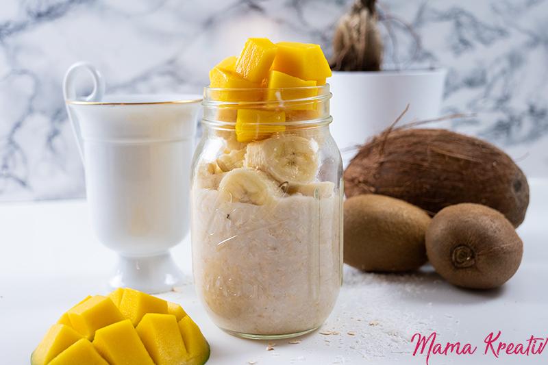 Overnight Oats mit Kokosmilch, Banane und Mango - overnight oats rezept selber machen schnell und einfach mit banane chia himbeeren blaubeeren mango apfel ideen toppings auf deutsch