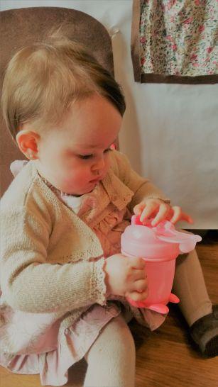 Victoria examinando la taza
