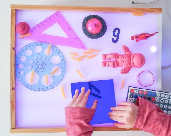 Caja de luz con diversos materiales.