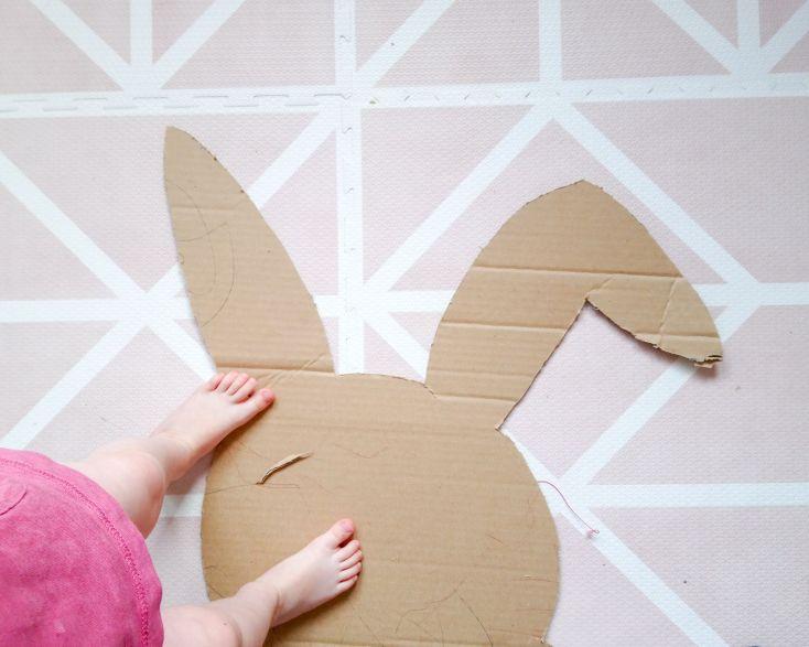 Hacer la silueta de la piñata en el cartón y recortarla.
