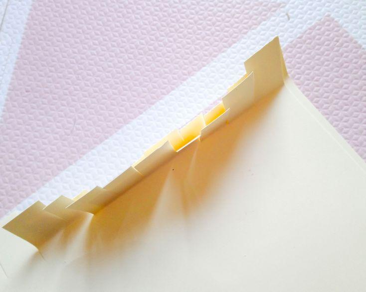 Recortar la cartulina de forma rectangular, del ancho que queráis la piñata y hacerle pestañas por embos lados.