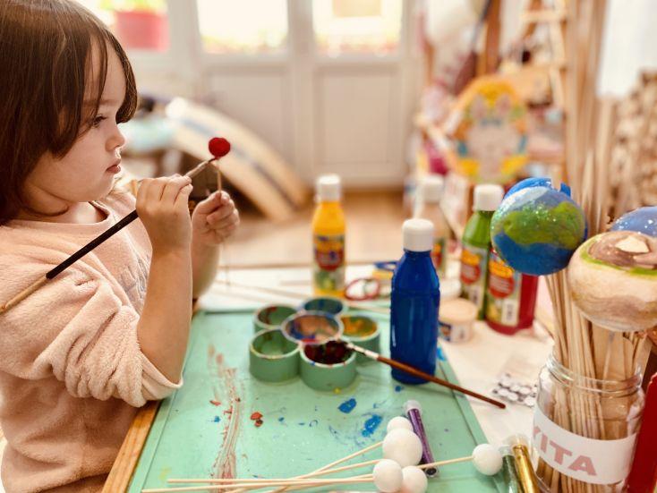 Victoria pintando su planeta