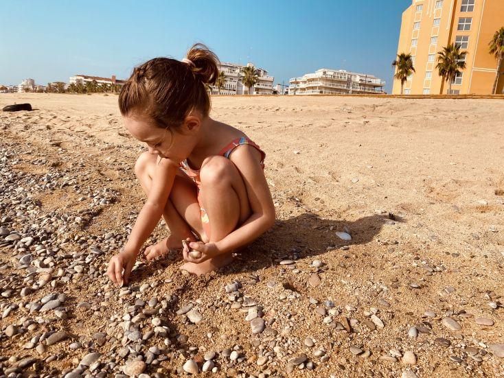 Buscando conchas y piedras