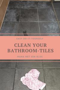 Donkere badkamertegels met witte aanslag reinigen