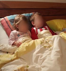 luca en nola bij opa in bed