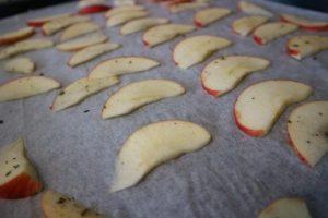 de appelchips voor ze de oven in gaan