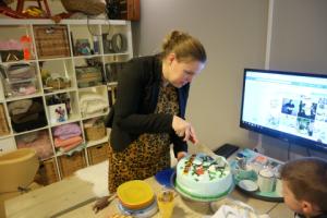 Tijdens de fotoshoots lekker eten, ik snij de taart aan