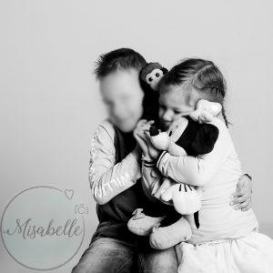 We maakte foto's van ons gezin. Dit is het resultaat en het is het geld echt waard. Nola en Luca met knuffels